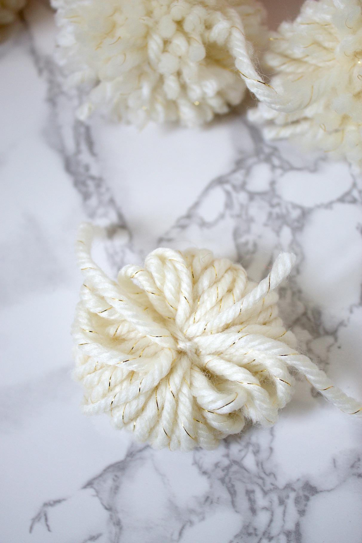 Pom Pom tutorial with yarn