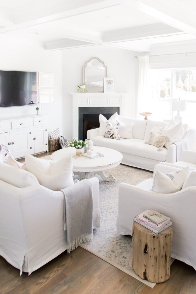 Do you love white bright spaces? You are going to love this Light and Bright Spring Home Tour and spring decorating ideas | Adrienne Elizabeth Home Style Life| #springhometour #springdecor #whitedecor #whitecouch #jillianharrisstyle #monikahibbsstyle #modernfarmhouse #modernfarmhousestyle #springflowers #springdecorideas