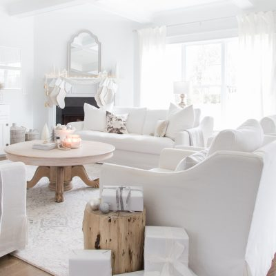 Love this Christmas Living Room decor. White couches and wood coffee table are beautiful. | AE HOME STYLE LIFE | #christmasdecor #whitechristmasdecor #woodchristmasdecor #whitechristmas