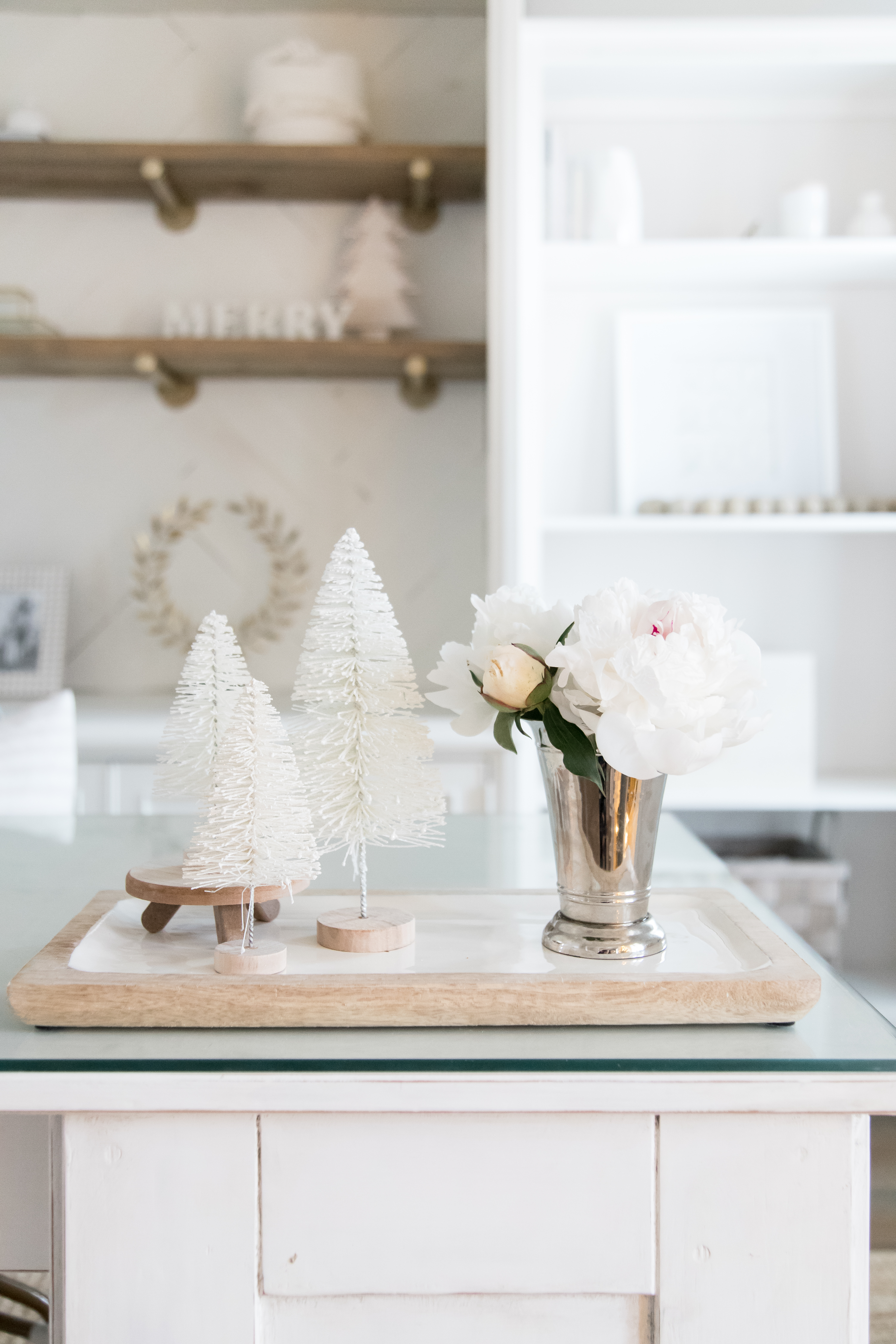 Love this white and natural wood home office decorated for Christmas. #whiteoffice #homeofficedecor #officedecor #neutraldecor #neutralhomeoffice #whitedesk #whitedecor #whiteofficedecor